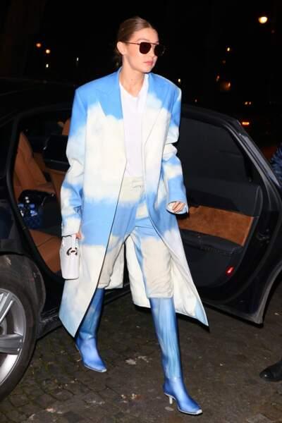 Gigi Hadid, méga looké, avec le modèle Capucines mini de Louis Vuitton en blanc.