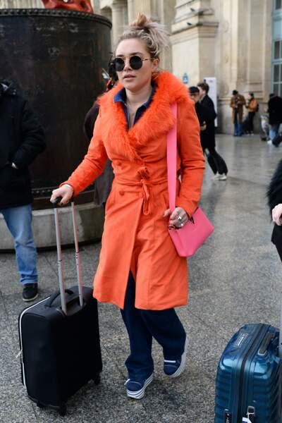 Florence Pugh aime la couleur, ici avec le sac Capucines de Louis Vuitton en rose.