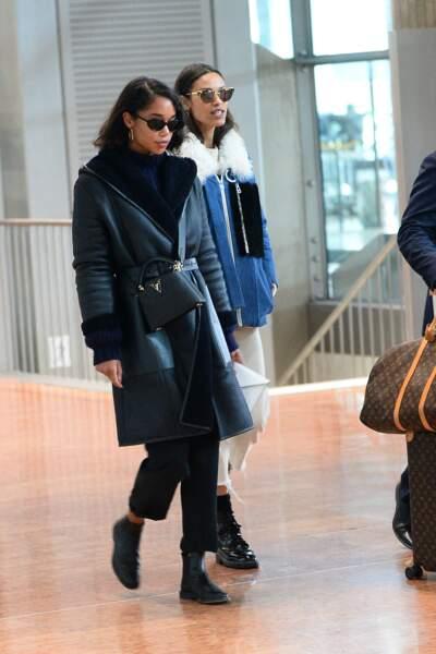 L'actrice Laura Harrier, en voyage, opte pour le sac Capucines de Louis Vuitton en noir.