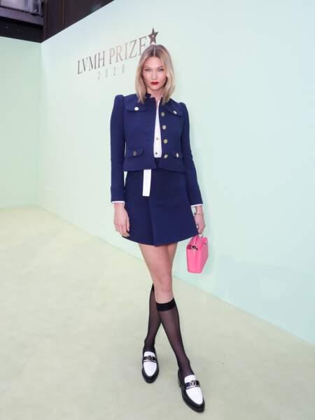 La top modèle Karlie Kloss avec le modèle Capucines de Louis Vuitton en coloris rose pop