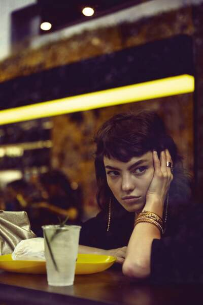 Pendants d'oreilles PD Paola, bague Détour Murat Paris, bague Menottes R10 Dinh Van, manchette Fred, pochette Un Jour Ailleurs. Top AllSaints.