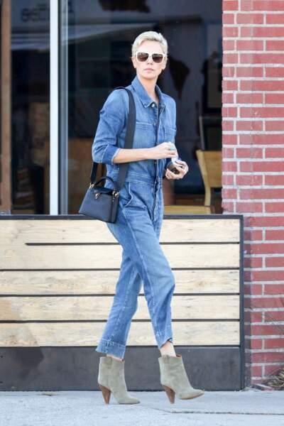 """Charlize Theron sublime en total look jean et sac """"Capucines"""" noir."""