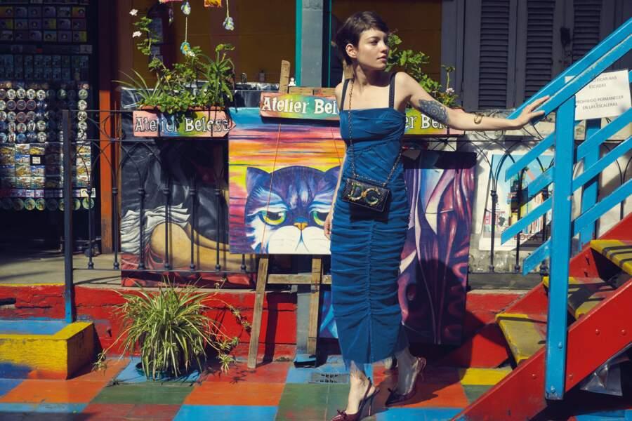 Sac DG Girls en cuir de veau, robe Stretch en tulle et sandales, le tout Dolce & Gabbana, bracelet Aristocrazy.