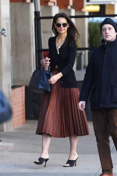 Katie Holmes dans les rues de New York portant une robe midi à volants et un cardigan noir : une tenue adéquate pour une journée au bureau.