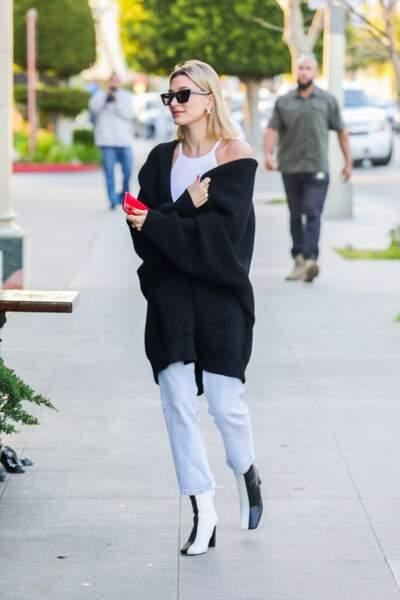 Hailey Baldwin Bieber se rend à un dîner avec Justin Bieber vêtue d'un jean droit, d'un débardeur blanc et d'un long cardigan noir