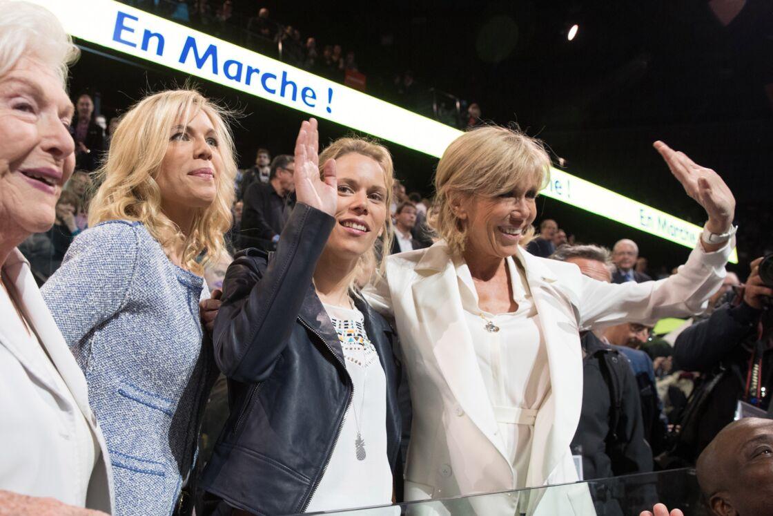 Brigitte Macron avec ses filles Laurence et Tiphaine, lors d'un meeting d'Emmanuel Macron, encore candidat à la présidentielle, en avril 2017.