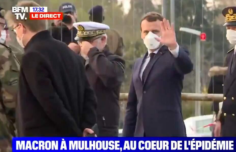 Emmanuel Macron portait un masque