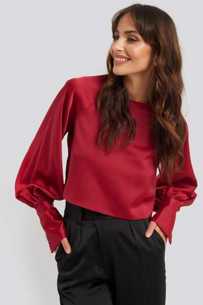 On copie avec le top en satin et manches bouffantes, Na-kd, 39,99€