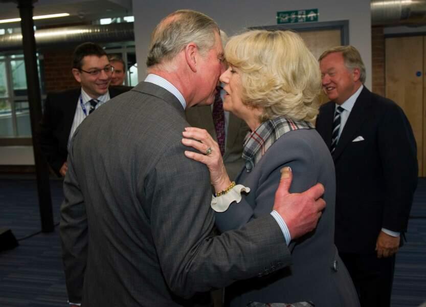 Charles et Camilla très proches lors d'une visite officielle à Rocester, le 18 mars 2011
