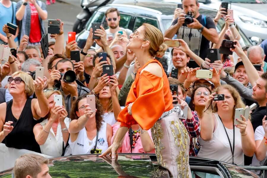 Céline Dion : bain de foule à la sortie de l'hôtel Le Royal Monceau à Paris en juillet 2017