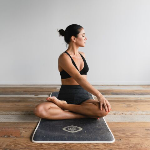 Bien-être en confinement: Trois influenceuses yoga à suivre sur les réseaux sociaux