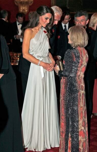 Kate Middleton en 2011 dans une robe sublime one-shoulder lors d'une soirée de bienfaisance. L'une de ses premières tenues à sensation.