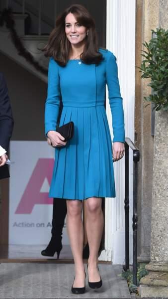 Kate Middleton dans l'une de ses robes bleurs fluides caractéristiques en 2015.