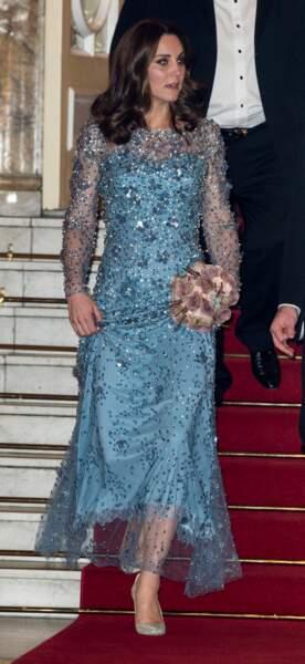 Kate Middleton enceinte du prince Louis, en robe scintillante le 24 novembre 2017.