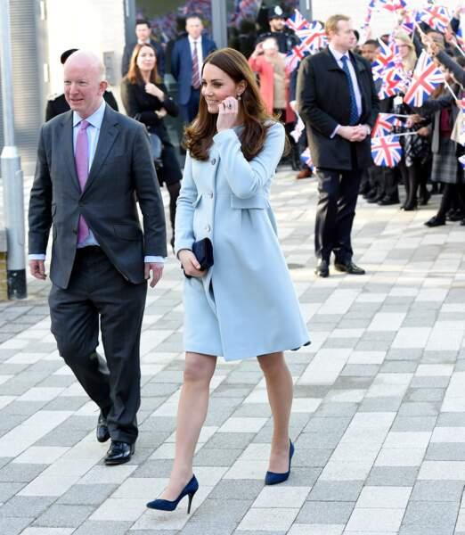 Kate Middleton enceinte dans une robe-manteau en 2015.