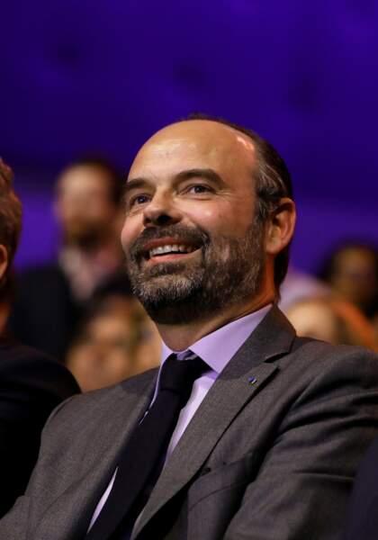 Apparition d'une tâche blanche dans la barbe d'Edouard Philippe le 30 mars lors d'un meeting LREM à Aubervilliers