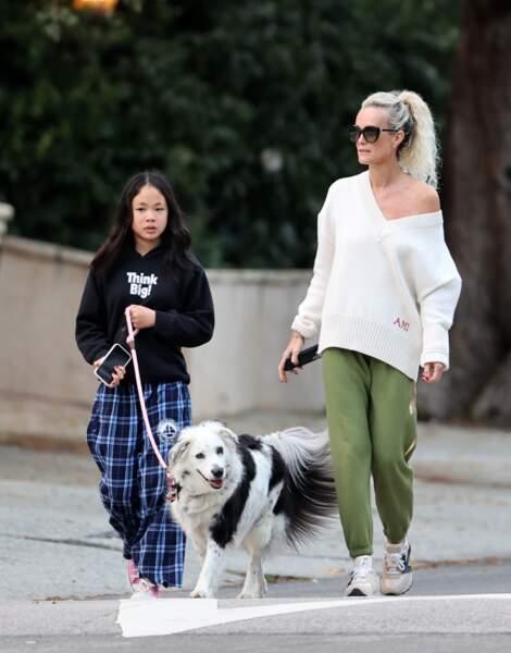 Laeticia Hallyday a été aperçue lors d'une promenade à Los Angeles avec ses filles, ce mercredi 1er avril