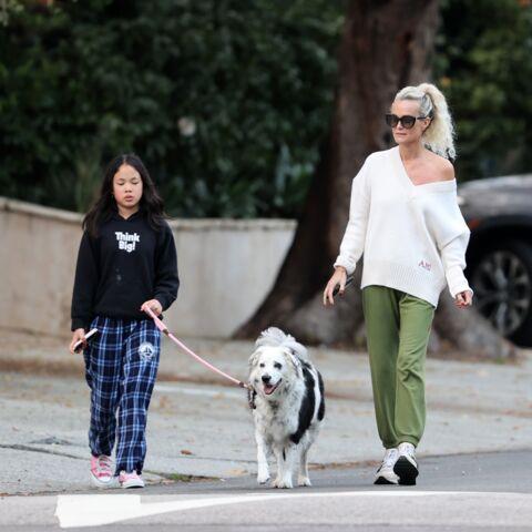 PHOTOS – Laeticia Hallyday brise le confinement pour une promenade avec ses filles Jade et Joy