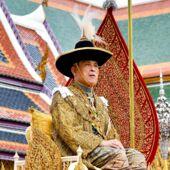 le_sulfureux_roi_de_thailande_a_quitte_sa_quarantaine_dans_un_hotel_de_luxe_avec_son_harem