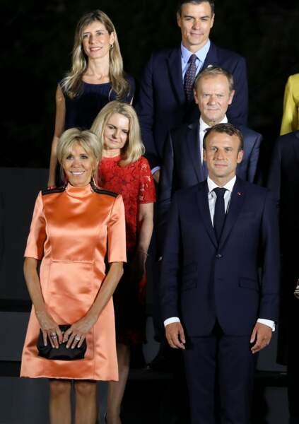 La première dame Brigitte Macron lors la photo de famille des chefs de délégation et de leurs conjoints lors du sommet du G20 à Osaka, le 28 juin 2019