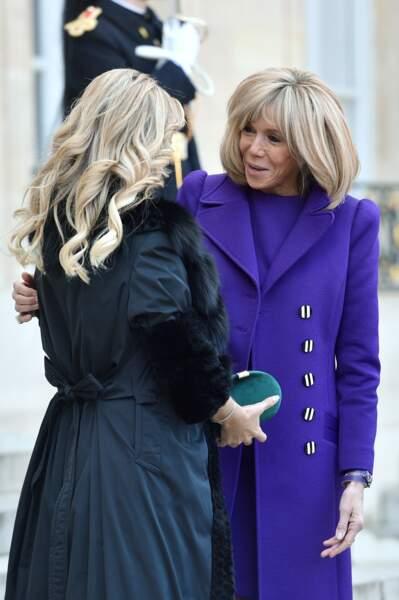 La première dame Brigitte Macron accueillant Fabiola Yanez, la femme du président de l'Argentine, au palais de l'Elysée à Paris, le 5 février 2020