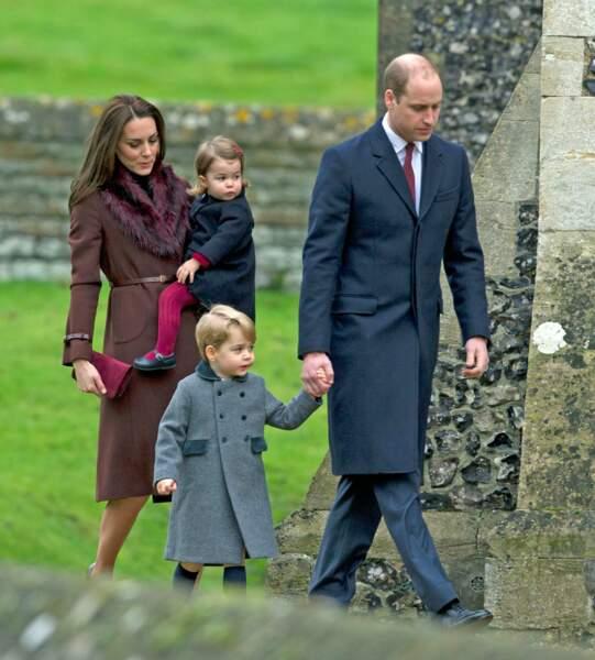Cette année-là, le duc et la duchesse de Cambridge n'ont pas rejoint le reste de la famille royale britannique à Sandringham. Ils ont réveillonné à Englefield, chez les Midlleton et sont allés en famille à la messe de Noël ce dimanche 25 décembre 2016, dans l'église où Pippa Middleton s'est mariée.