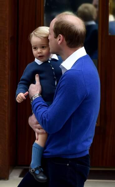 Le prince William et son fils le prince George, se rendant à l'hôpital St-Mary pour présenter la princesse Charlotte à son grand frère. Adorable ...