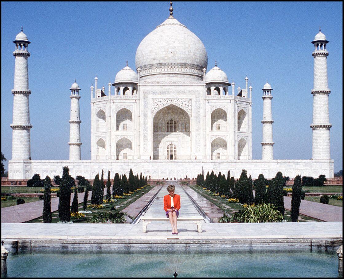 Lady Diana au Taj Mahal, seule, lors du Royal Tour en Inde avec le prince Charles, le13 février 1992.