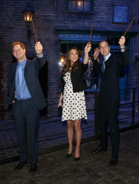 Un an plus tard, en avril 2013, le couple visite, en compagnie du prince Harry, les studios Warner Bross, à Leavesden, près de Londres. La duchesse affiche alors déjà un joli baby bump.
