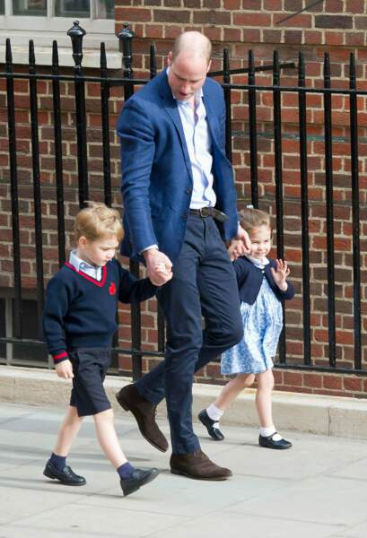 Le duc de Cambridge arrive avec ses enfants, le prince George et la princesse Charlotte, à l'hôpital St Marys après que sa femme Kate Middleton ait donné naissance à leur troisième enfant, le prince Louis.