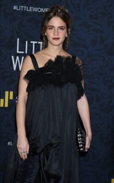 Emma Watson a 30 ans, un maquillage sophistiqué et renoue avec les cheveux longs, ici noués en chignon sophistiqué.