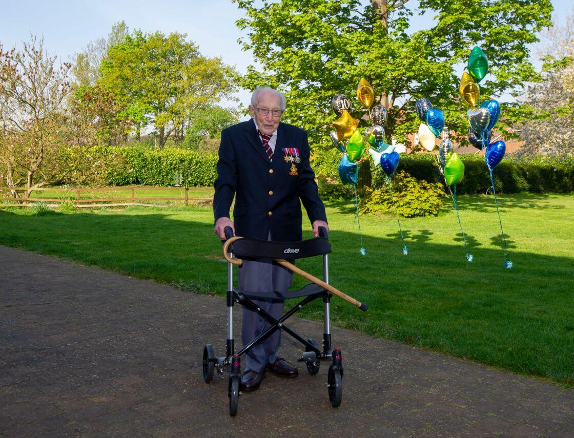 Le capitaine Tom Moore, âgé de 99 ans, a récolté jusqu'ici plus de 18 millions de livres pour le service de santé britannique.