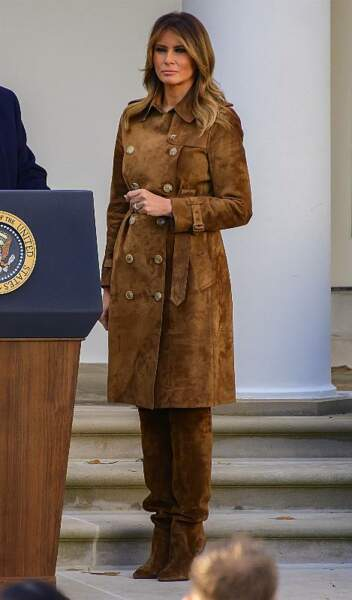 Melania Trump à la Maison Blanche en novembre 2019. Ce jour-là, la First Lady a opté pour un total look marron en daim, très élégant.