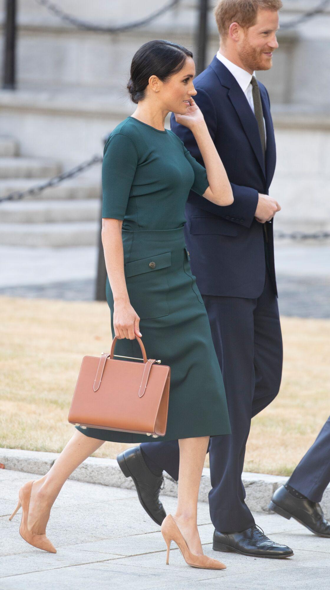Meghan Markle avec son fameux sac Strathberry