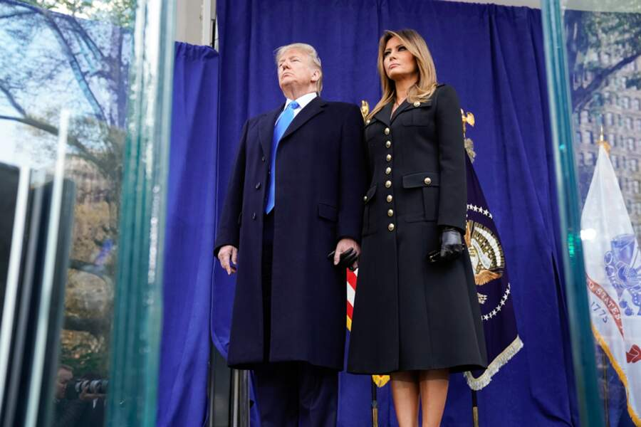 Melania Trum et son mari Donald Trump, lors d'un défilé du jour des anciens combattants à New York le 11 novembre 2019. Pour cette date spéciale, la femme du président américain avait opté pour un manteau bleu marine style officier.