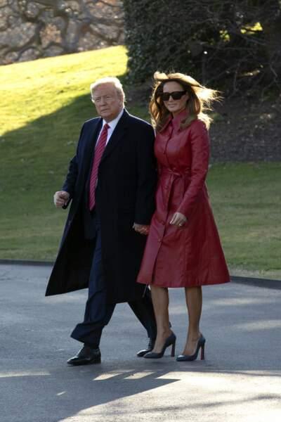 Pour célébrer la Saint-Valentin, la première dame Melania Trump foule la pelouse de la Maison Blanche au bras de son mari, en trench en cuir rouge du label new-yorkais Les Rêveries.