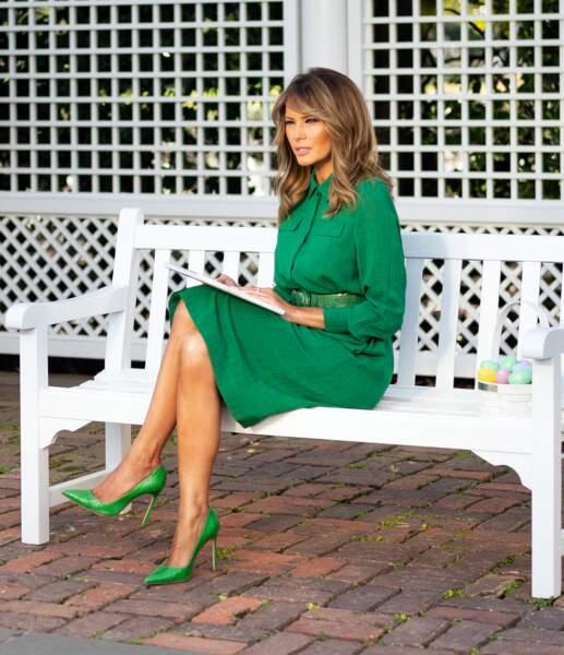 Melania Trump lit un conte pour enfants à la Maison Blanche pour une vidéo diffusée le dimanche de Pâques pendant l'épidémie de coronavirus. Pour l'occasion, la Fisrt Lady arbore un total look vert. Un choix parfait en ces temps difficiles, le vert étant la couleur de l'espoir.