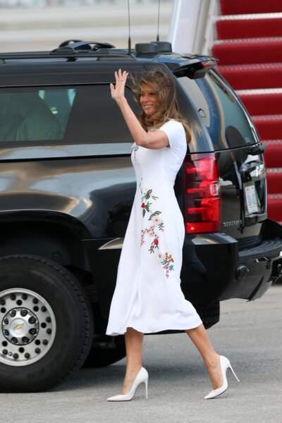 Melania Trump en robe longue blanche à fleurs brodées Carolina Herrera, débarque d'Air Force One sur le tarmac de l'aéroport de Palm Beach, le 17 janvier 2020.