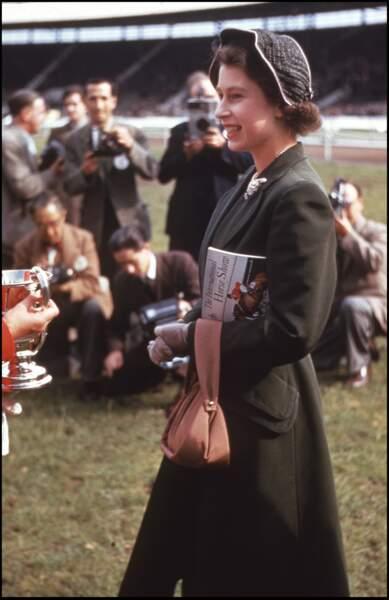 En 1950, Elizabeth II n'est encore que princesse et opte déjà pour des chapeaux qui font mouche