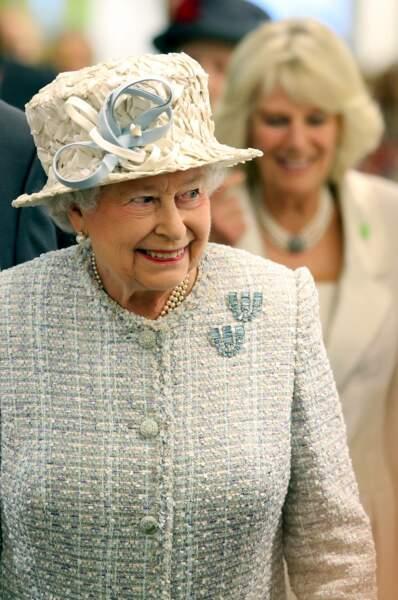 La reine Elizabeth II décorant le sapin de Noel dans les locaux de chez Barnardo's a Londres en 2013