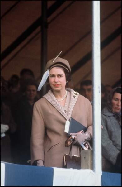 La reine Elizabeth II et un chapeau très original en 1961