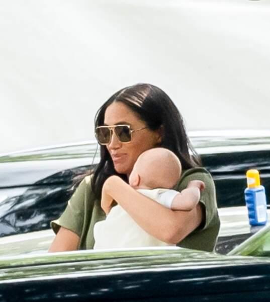 Le petit Archie, toujours dans les bras de sa maman Meghan Markle.