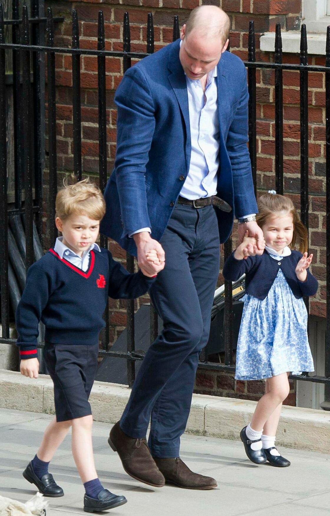 Le prince George et sa soeur Charlotte escortés par le père William jusqu'à Kate et leur petit frère Louis, dans l'après-midi du 23 avril 2018