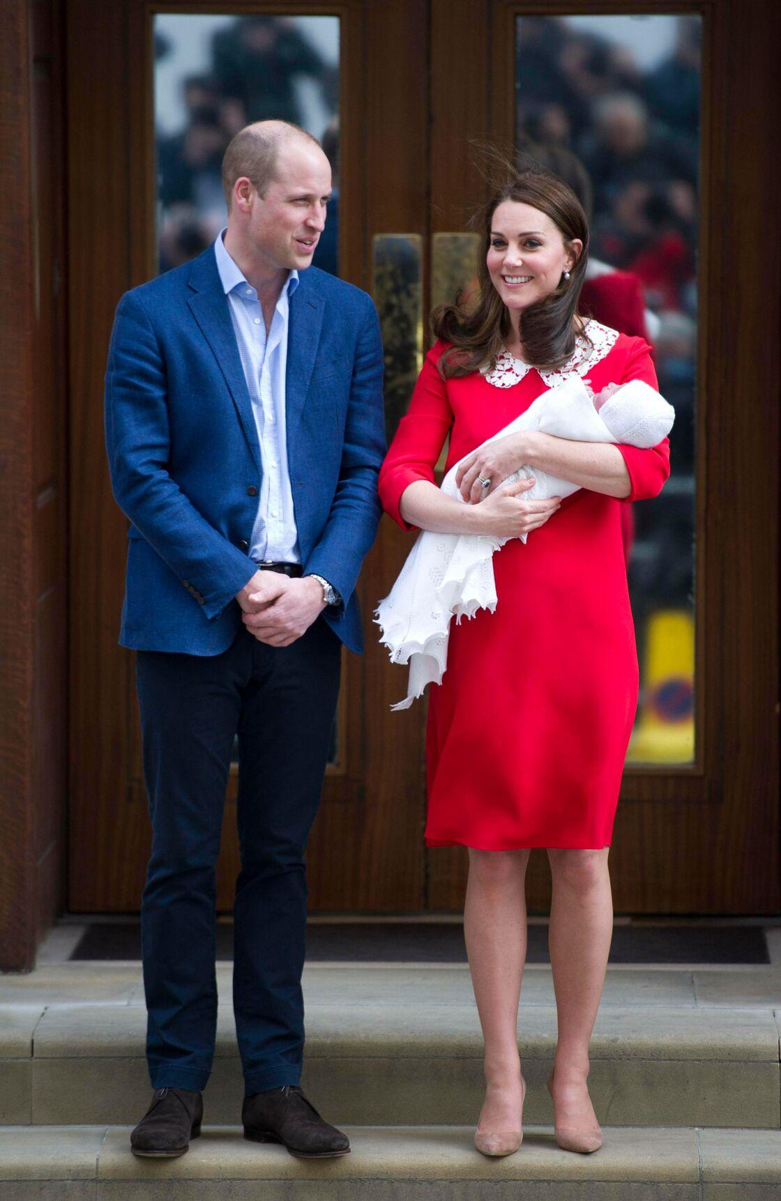 Le prince William et Kate Middleton tenant le prince Louis dans ses bras, quelques heures après sa naissance, sur le perron de la maternité de l'hôpital St Mary, à Londres, le 23 avril 2018.