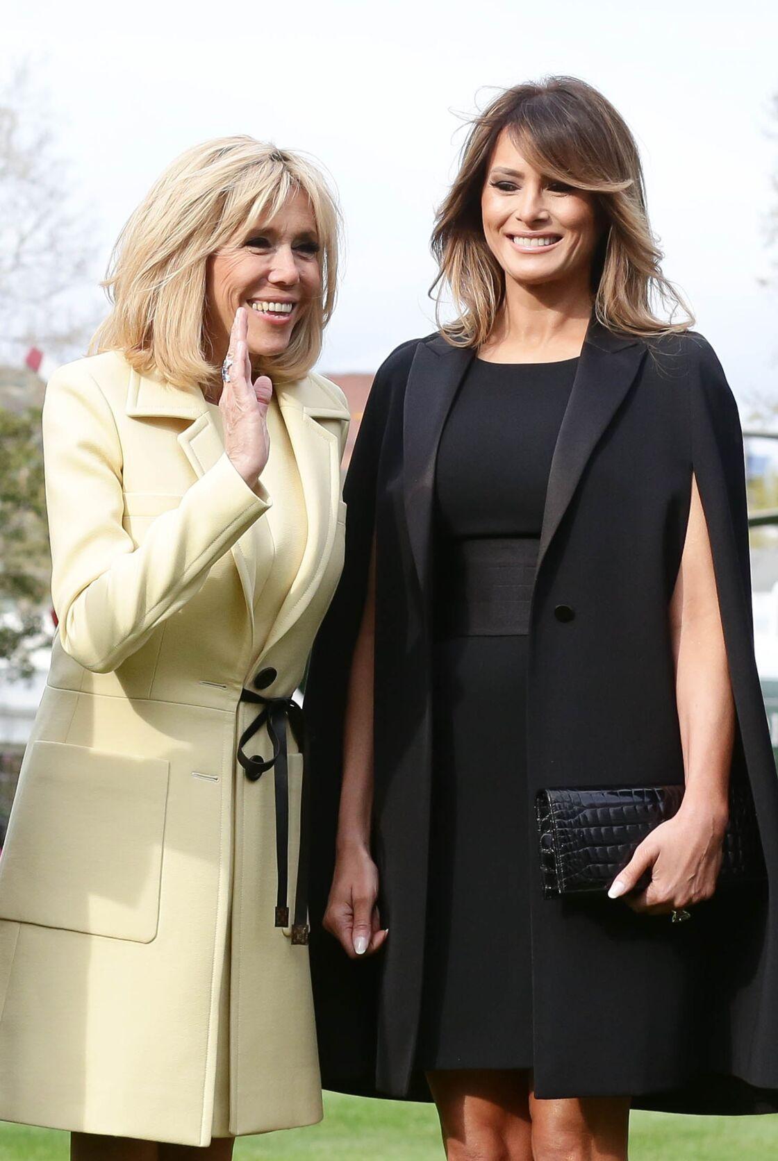 Melania Trump mise sur une cape Givenchy pour faire honneur à La France et Brigitte Macron.