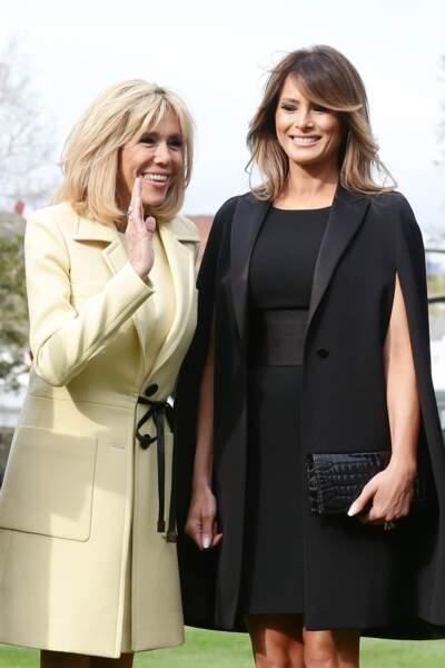 Melania Trump porte une cape Givenchy et la Première Dame Brigitte Macron  le 23 avril 2018.