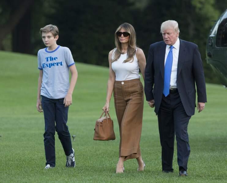 Melania Trump et son fameux Kelly d'Hermès, qu'elle portera plusieurs fois, ici  le 11 juin 2017.