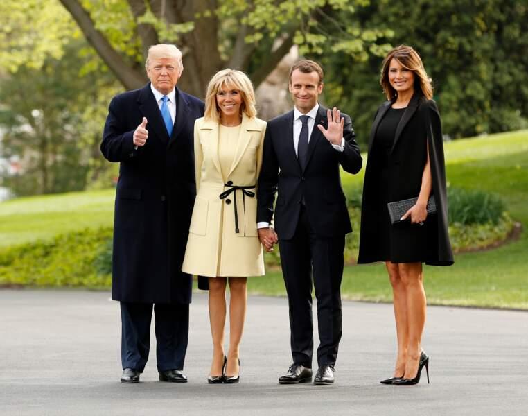 Melania Trump porte toujours des marques françaises pour faire honneur à Emmanuel et Brigitte Macron, le 23 avril 2018. Ici une cape Givenchy.