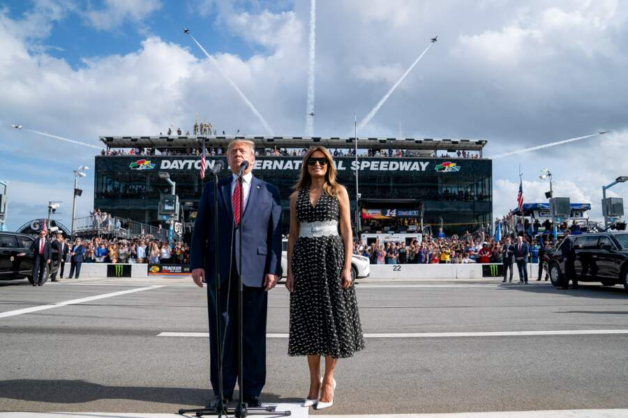 Donald et Melania Trump assistent a la course de Nascar des 500 miles d'Indianapolis le 16 février 2020. Elle porte une robe Dior et une ceinture Azzedine Alaïa.