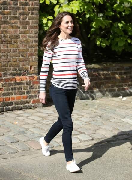 Kate Middleton fan du top marinière et de ses Superga, ici le 19 avril 2017.